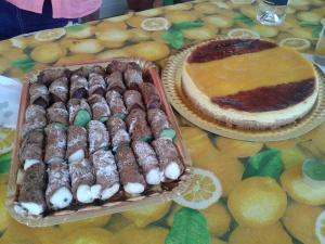Barquillos sicilianos y tarta de queso.