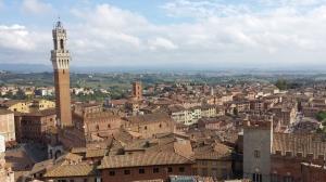 Vista de Siena. A la izquierda la Piazza il campo, con la torre del Palacio Público.
