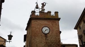 Torre con reloj y campana en Montepulciano.