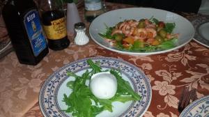Mozzarella y ensalada di gamberetto.