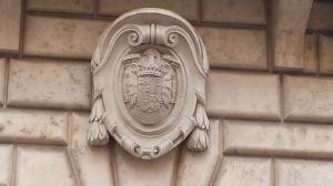 Escudo del franquismo en la fachada de un edificio cerca de Piazza Navona.