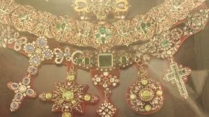 Collana (1679) en oro, plata y piedras preciosas.