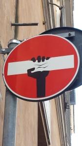 Señal de prohibido junto a Piazza Navona.