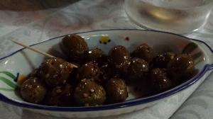 Famosas olivas gaetanas aderezadas con peperoncino.