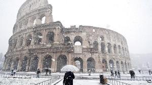 ROM02 ROMA (ITALIA) 11/2/2012.- La niveve cae sobre el Coliseo romano, Italia, hoy, sábado, 11 de febrero de 2012. EFE/Guido MOntani   TELETIPOS_CORREO:%%%,%%%,TIEMPO,%%%
